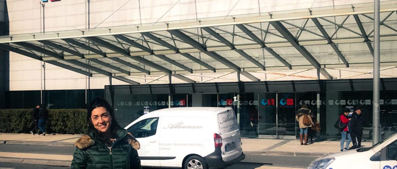 María frente al Hospital Puerta de Hierro de Madrid